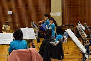 フルート二年目の男の子と女の子の合奏